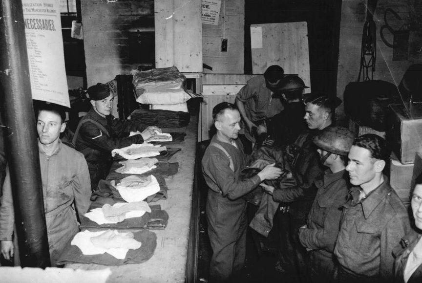 Эвакуированные солдаты после помывки переодеваются. Дувр, 31 мая 1940 г.