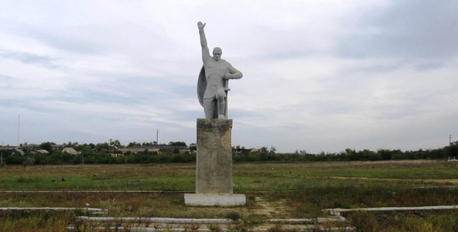 пгт. Серпневое Тарутинского р-на. Братская могила воинов.