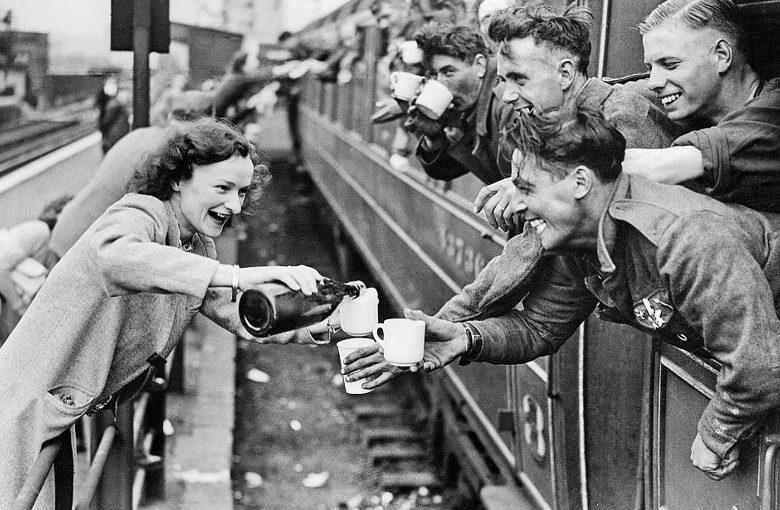 Местные жители английской деревни передают напитки эвакуированным солдатам. 3-4 июня, 1940 г.