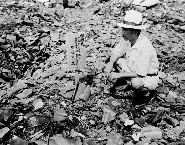 Житель Нагасаки на месте своего разрушенного дома. 14 сентября 1945 г.