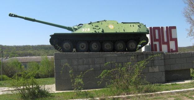пгт. Тарутино. Памятник-САУ установлен в честь воинов-освободителей 4-го гвардейского механизированного корпуса.