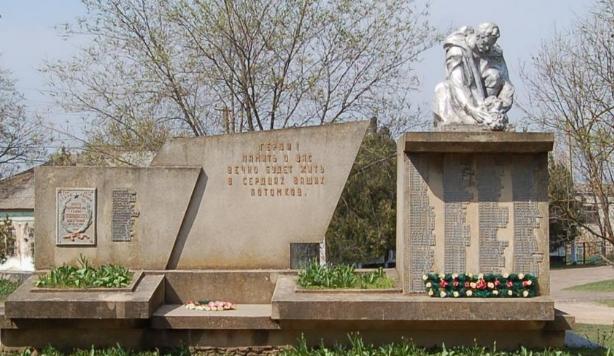 с. Белолесье Татарбунарского р-на. Памятник у Дворца культуры, установленный в 1975 году, погибшим воинам в годы войны.