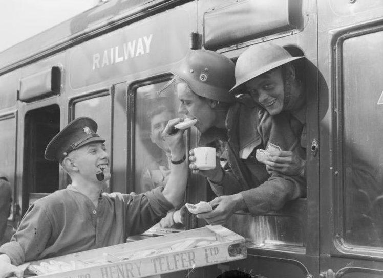 Эвакуированные войска из Дюнкерка на станции Аддисон-роуд в Лондоне. 31 мая 1940 г.