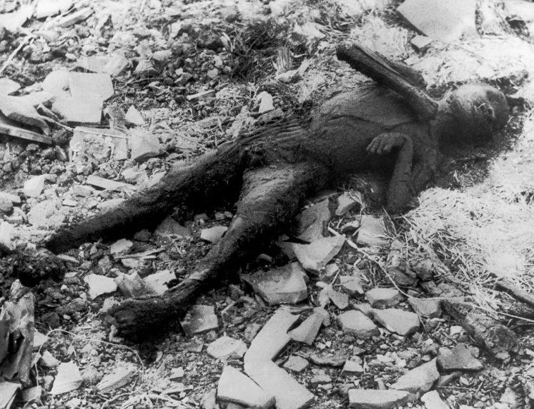 Останки человека после взрыва. Август 1945 г.