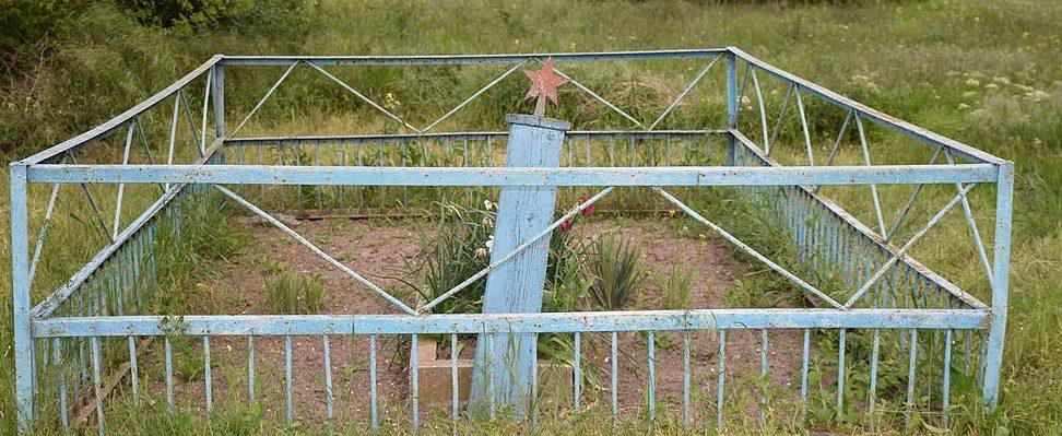 с. Белолесье Татарбунарского р-на. Братская могила на окраине села, в которой похоронено 2 советских воина, погибших в 1941 году.