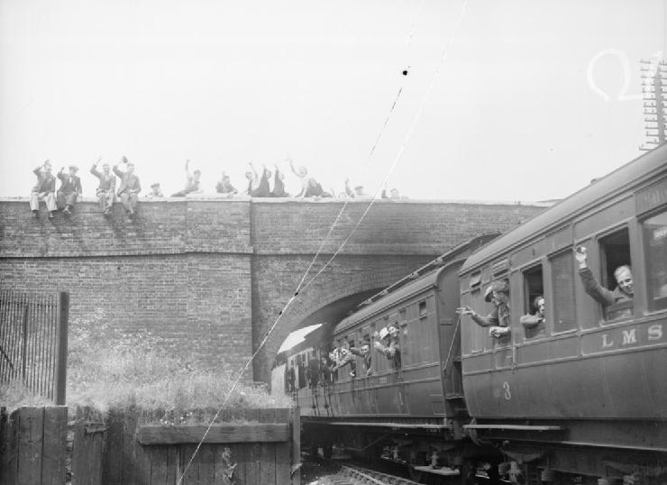 Поезд, перевозящий солдат, эвакуированных из Дюнкерка, приветствуется гражданами. Лондон. 31 мая 1940 г.
