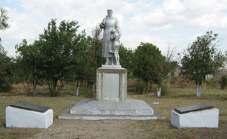 с. Вишневое Татарбунарского р-на. Памятник, установленный в 1967 году 120 воинам-односельчанам, погибшим в годы войны.