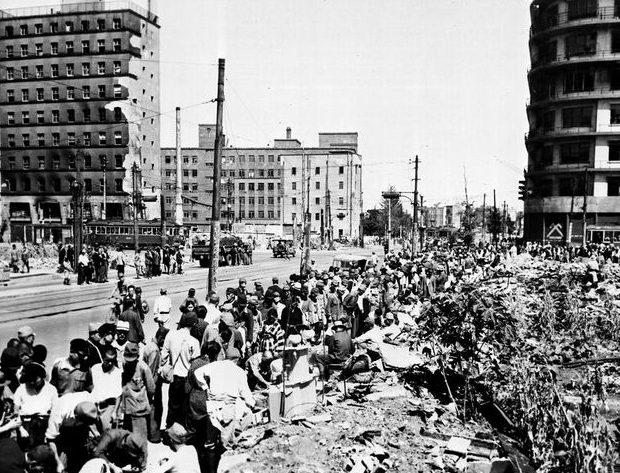 Жители на расчистке улицы. Осень 1945 г.