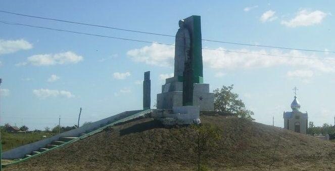 с. Приморское Татарбунарского р-на. Мемориал погибшим воинам в годы войны.