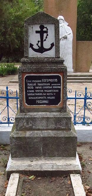с. Тузли Татарбунарский р-на. Памятник на могиле советского воина Богомолова Н.Н., который погиб 4 сентября 1944 года.