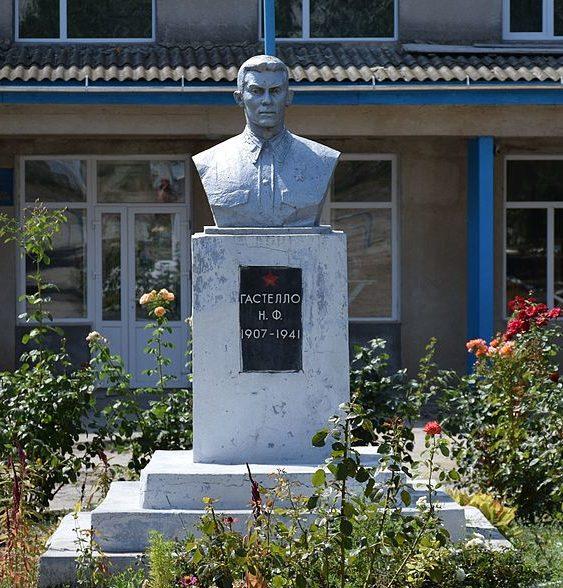 с. Траповка Татарбунарский р-на. Памятник возле школы, установленный в 1968 году Герою Советского Союза М.Ф. Гастелло.