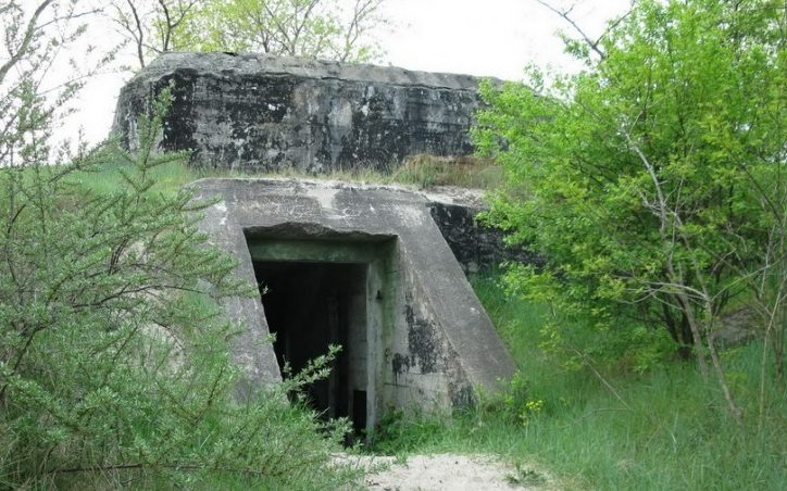 Вход в бункер с тыльной стороны.