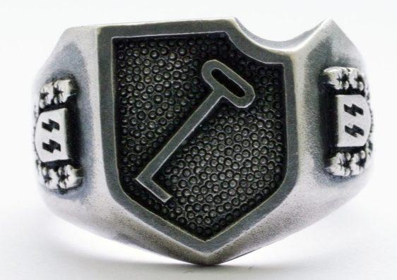 Перстень военнослужащего танковой дивизии СС «Адольф Гитлер». На щитке – эмблема дивизии. По сторонам щитка - руны СС в орнаменте из дубовых листьев. Кольцо изготовлено из серебра 835-ой пробы с применением чернения.