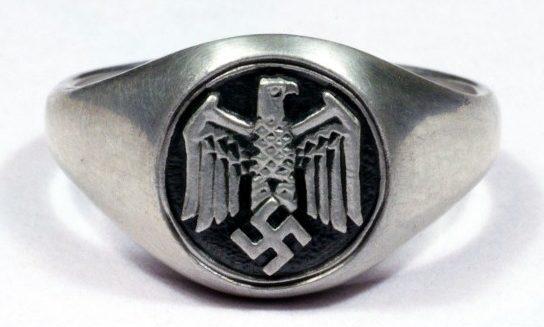 Наградной перстень с изображением орла Вермахта, выполненный из серебра 835-ой пробы с применением чернения щитка.