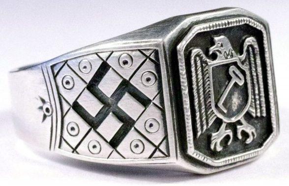 Перстень с эмблемой дивизии СС «Адольф Гитлер». По сторонам щитка – свастика. Кольцо изготовлено из серебра 835-ой пробы с применением чернения.