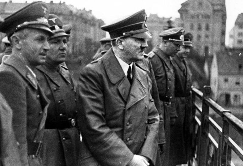 Мартин Борман в свите Адольфа Гитлера. Марбург Драу. 1941 г.