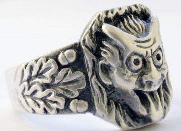 Перстень военнослужащего Вермахта с головой дьявола, выполнен из серебра 830-й пробы. По обоим бокам от щитка, кольцо украшено рельефным растительным орнаментом. Размеры щитка - 15х18мм. Вес - 21,6 г.