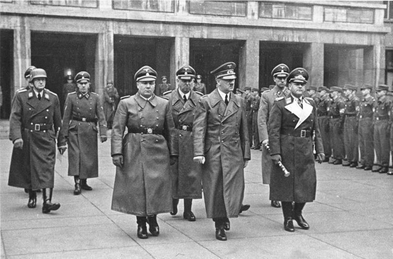 Мартин Борман в свите Адольфа Гитлера. Берлин. 1941 г.