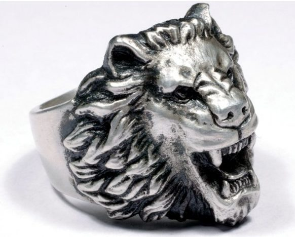 Перстень военнослужащего Вермахта с головой льва, выполнен из серебра 830-й пробы. Лев считается символом мужества, храбрости, верховной власти, благородства и гордости. Размеры щитка - 22х 24 мм. Вес – 22,6 г.