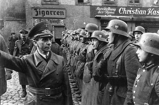 Йозеф Геббельс и Гитлерюгенд. 1945 г.