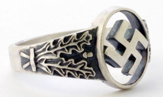Кольца с ажурными прорезными щитками, изображающими свастику, выполнены из серебра 835-ой пробы.