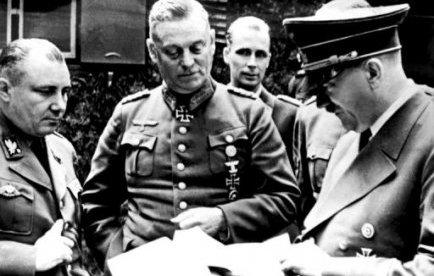 Мартин Борман и Адольф Гитлер у карты. 1943 г.