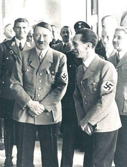 Йозеф Геббельс и Адольф Гитлер. 1945 г.