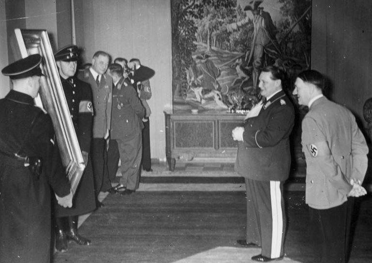 Герман Геринг в день рождения получает в подарок картину от Гилера. 1938 г.