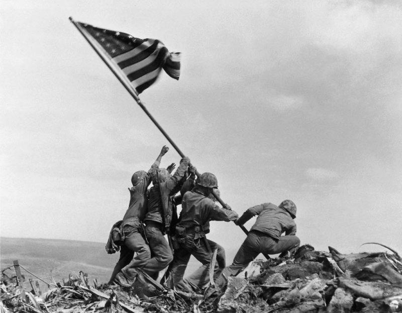 Самая знаменитая фотография США времен Второй мировой войны.