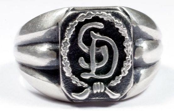 Перстень с рельефным изображением эмблемы дивизии СС «Великая Германия» (Großdeutschland). Кольцо изготовлено из серебра 835-ой пробы с применением чернения.