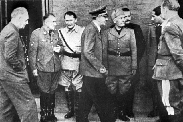 Мартин Борман, Иоахим фон Риббентроп, Герман Геринг, Адольф Гитлер и Бенито Муссолини около квартиры А. Гитлера после попытки покушения на него 20 июля 1944 г.
