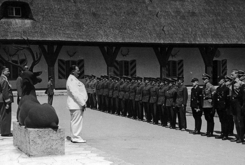 Герман Геринг приветствует делегацию японской молодежи в своей резиденции. 1938 г.