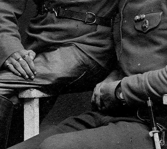 Красноармейцы с перстнями и кольцами.