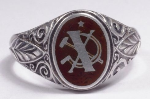 Кольцо «Х лет Советской власти» изготовлено из серебра 835-й пробы с применением цветной горячей эмали.