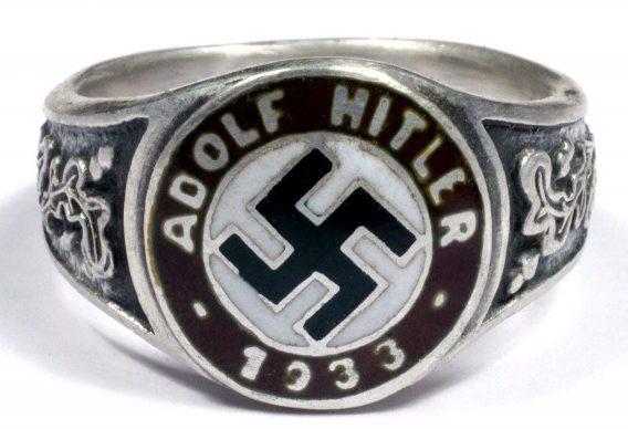 Памятный перстень члена НСДАП в честь прихода к власти Адольфа Гитлера в 1933 году. Кольцо изготовлено из серебра 900-й пробы с применением чернения и цветной горячей эмали.