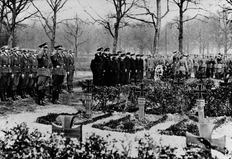 Отто Абец в День поминовения немецких солдат. Шаумбург. 1941 г.