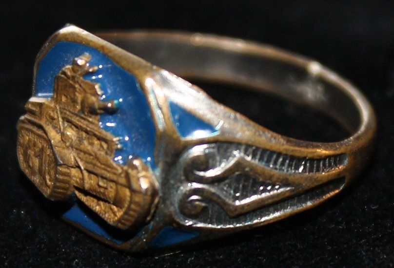 Кольцо бронетанковых войск изготовлено с применением цветной горячей эмали.