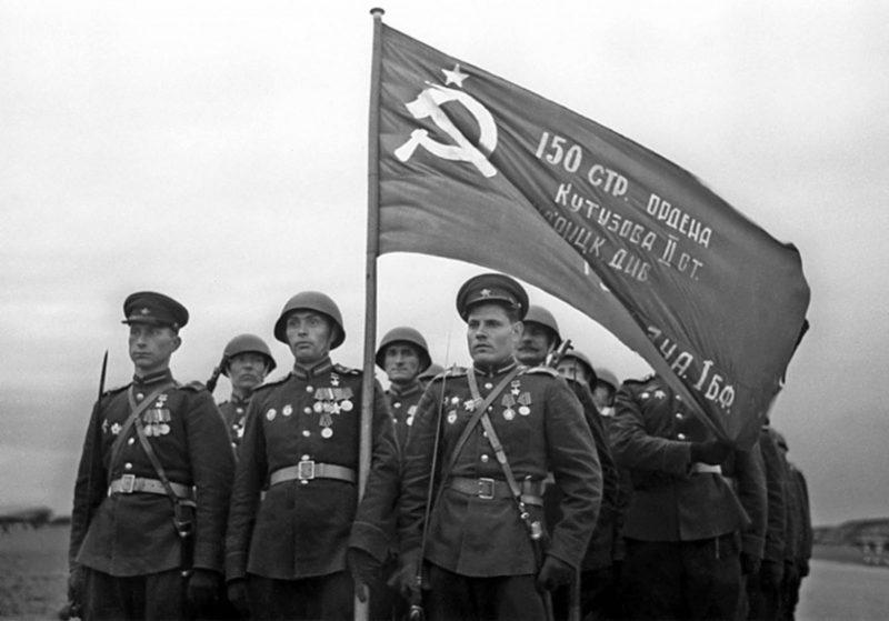 Почетный караул встретил знамя в Москве. О творчестве политработников высшее командование еще не знает. 20 июня 1945 г.