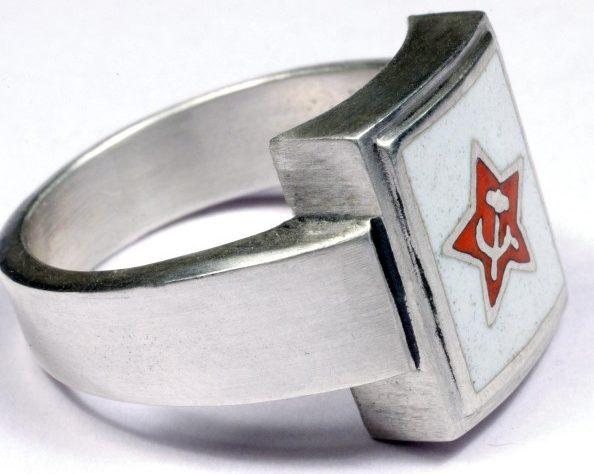 Перстни со щитками на советскую тематику с использованием цветной горячей эмали изготовлены из серебра 835-й пробы.