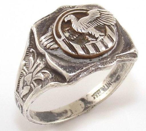 Кольцо «Разорванная утка» изготовлено из серебра с применением чернения.