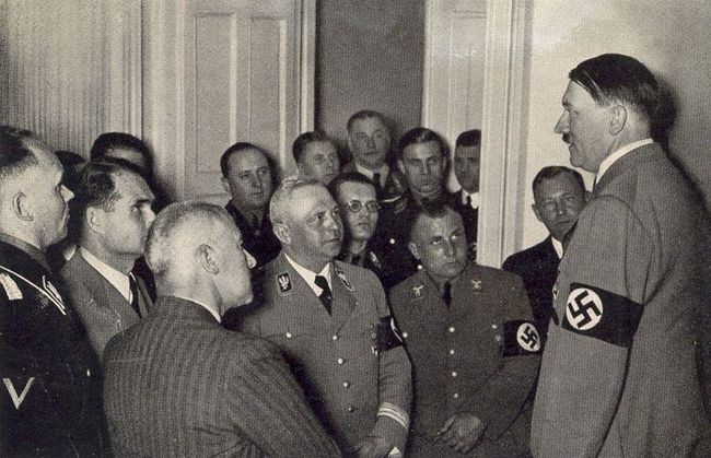 Мартин Борман на совещании у Гитлера. 1945 г.