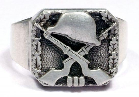 Перстень с изображением скрещенных винтовок и шлема изготовлен из серебра 835-ой пробы с применением чернения щитка.