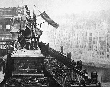 Флаг №5 на скульптуре Вильгельма во время его демонтажа. Утро 2 мая 1945 г. Фото Б. Шейнина.