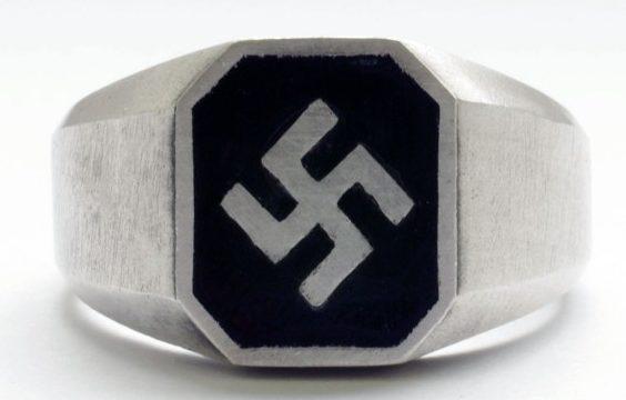 Перстни за основу дизайна щитка, которых взята свастика, изготовлены с применением горячей цветных эмалей и чернения. Для изготовления использовалось серебро 835-й пробы.