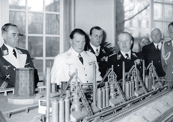 Герман Геринг изучает модель завода.1939 г.