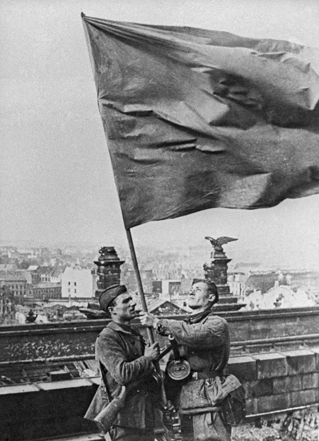 Егоров и Кантария на крыше Рейхстага с «чужим» знаменем взвода Сорокина. Фото А.П. Морозова. Утро 2 мая.