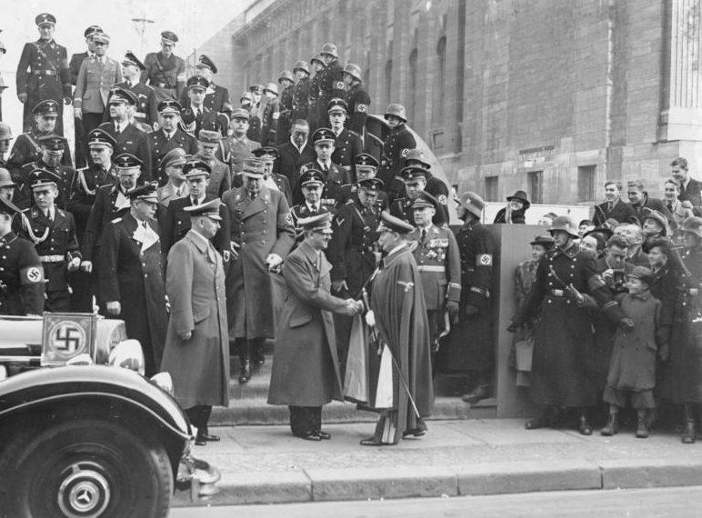 Герман Геринг встречает Гитлера перед выставкой Японского искусства. 1939 г.
