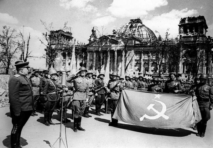 Торжества перед отправкой знамени в Москву. На переднем плане слева генерал Берзарин. 11 мая 1945 г.