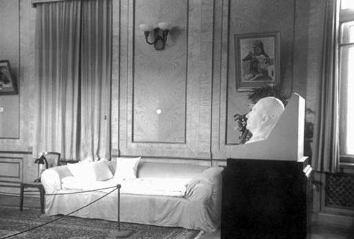 Большой зал. Диван-софа, на котором умер Сталин и посмертная маска.