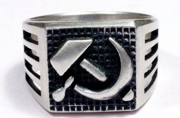 Перстни со щитками на советскую тематику с использование чернения изготовлены из серебра 830-й пробы.